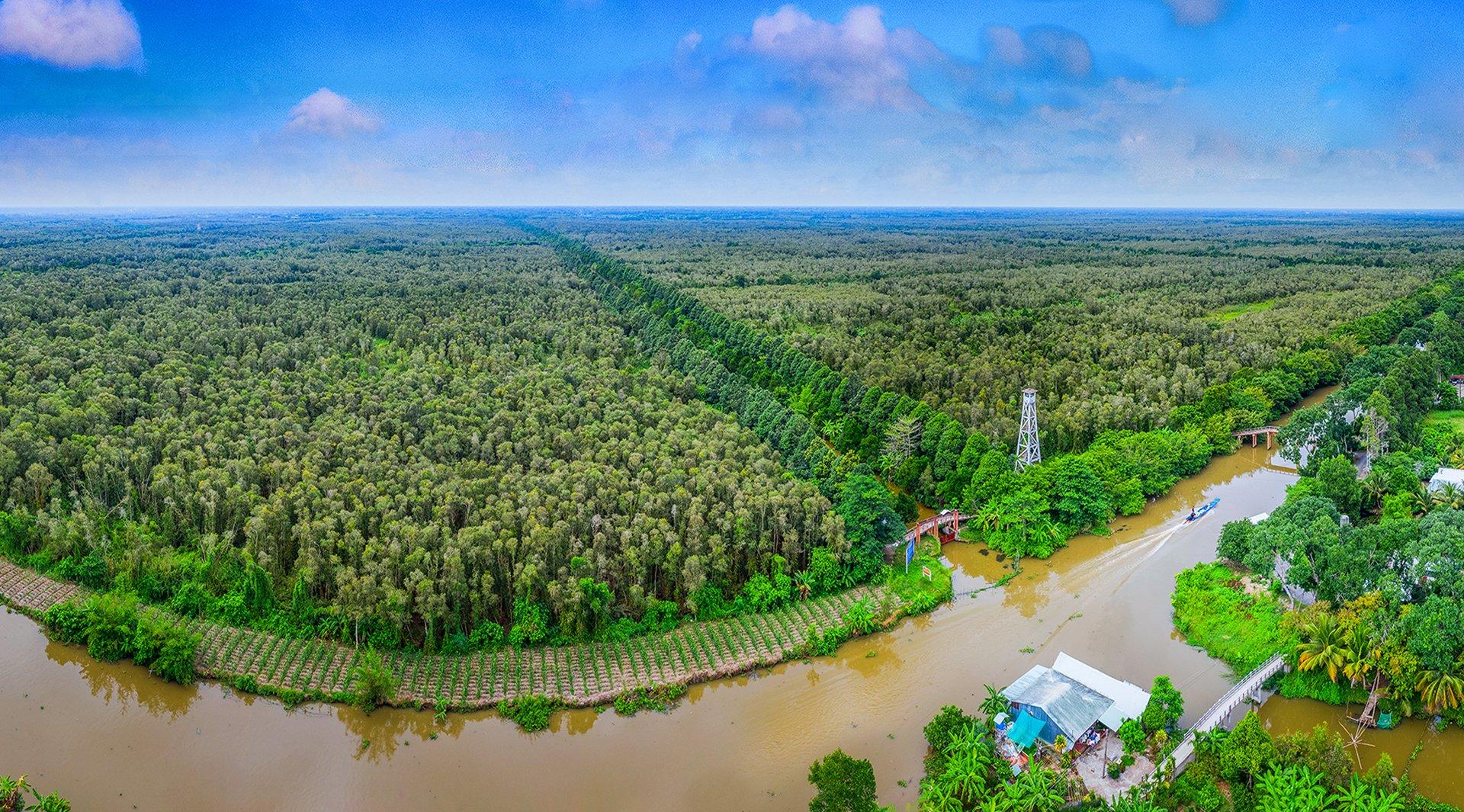Lung Ngọc Hoàng là vùng đất ngập nước rộng 2.800 ha, thuộc huyện Phụng Hiệp, Hậu Giang.