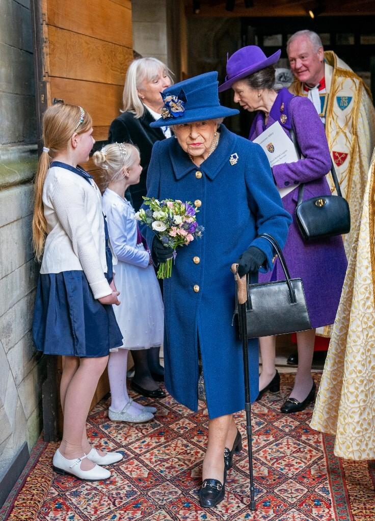 Nữ hoàng Anh Elizabeth II chống gậy tại sự kiện ở Tu viện Westminster, London, hôm nay. Ảnh: AFP.