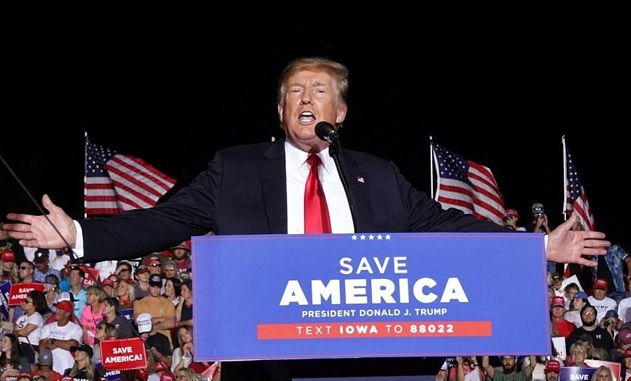 Cựu tổng thống Mỹ Donald Trump phát biểu trước người ủng hộ trong cuộc vận động tại bang Iowa hôm 9/10. Ảnh: AFP.