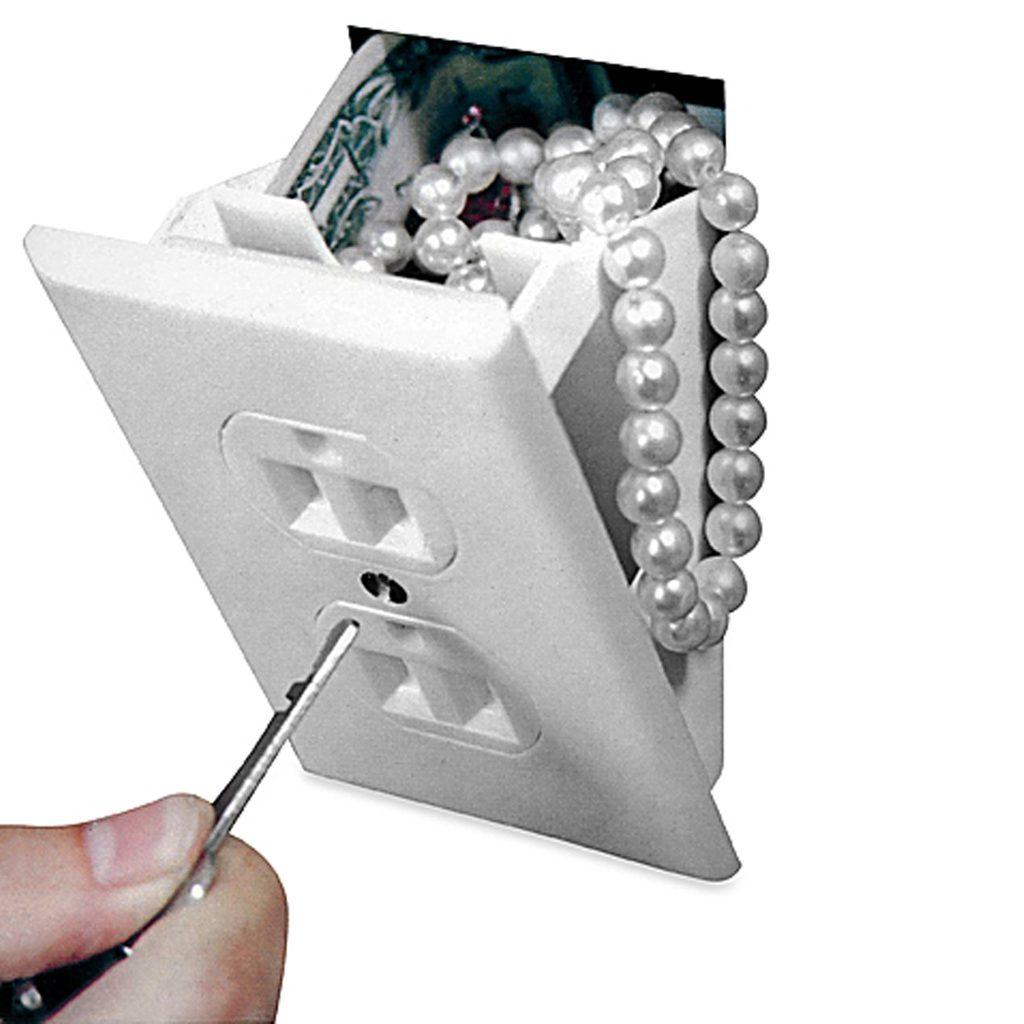 Trộm sẽ không đi xung quanh nhà và kiểm tra từng ổ cắm trên tường, vì vậy đây có thể trở thành két sắt ẩn cho bạn giữ những món đồ nhỏ như trang sức, tiền mặt, lắp vào tường cũng rất dễ dàng.