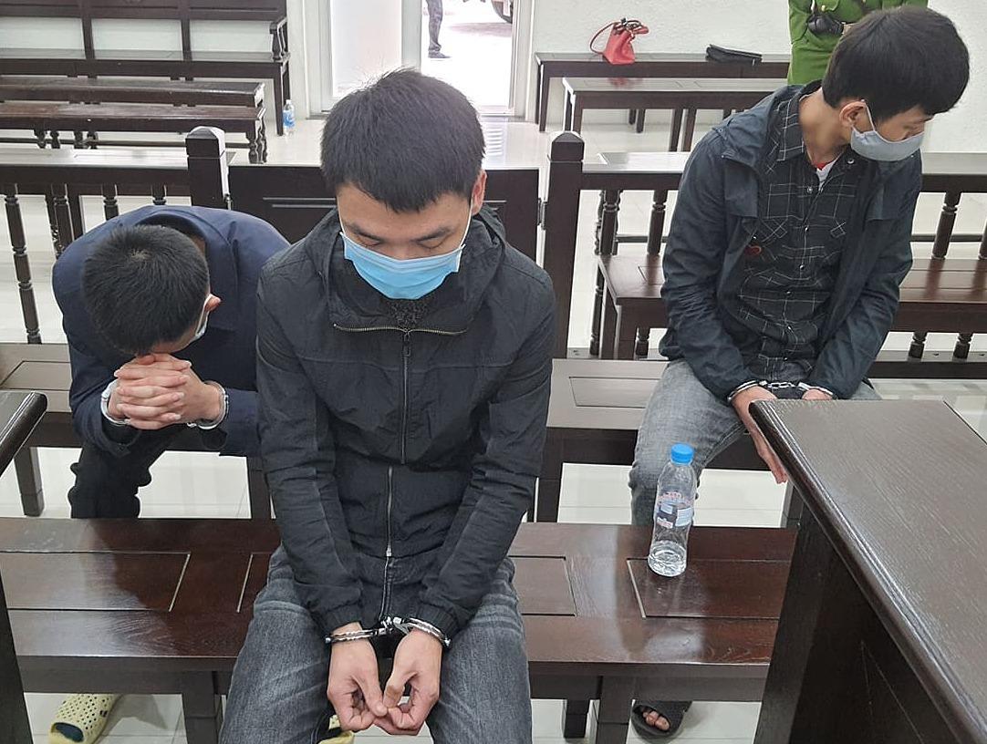 Từ trái qua: Bị cáo Trung, Tùng và Bách tại phiên xét xử sơ thẩm Ảnh: Lê Vân