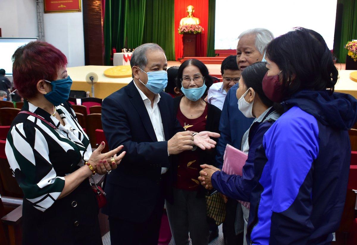 Ông Phan Ngọc Thọ đối thoại với các hộ dân thuộc dự án di dân, giải phóng mặt bằng Khu vực I di tích Kinh thành Huế, tháng 3/2021. Ảnh: Võ Thạnh
