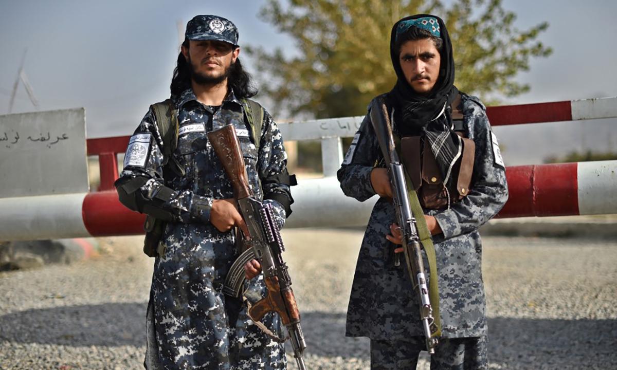 Lính Taliban đứng gác bên ngoài một sở cảnh sát quận ở thủ đô Kabul, Afghanistan ngày 3/10. Ảnh: AFP.