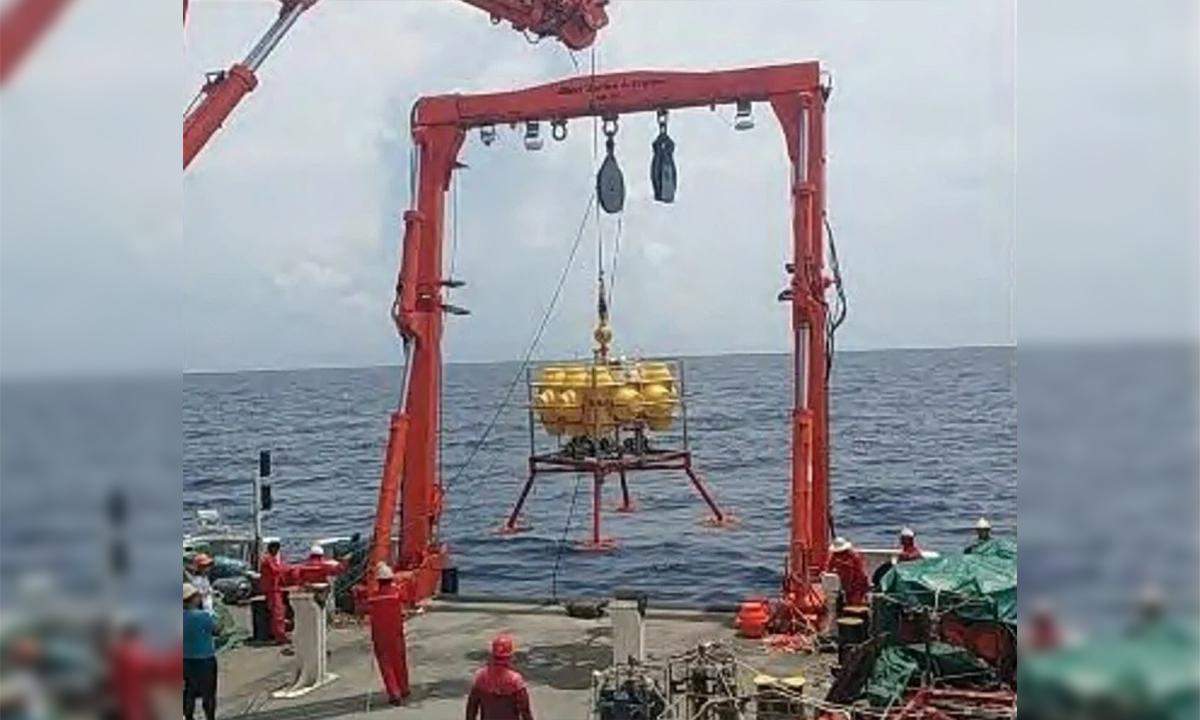Kỹ thuật viên và chuyên gia Trung Quốc chuẩn bị đưa thiết bị giám sát xuống một địa điểm ở Biển Đông trong cuộc thử nghiệm năm 2020. Ảnh: Earth Science Frontiers.