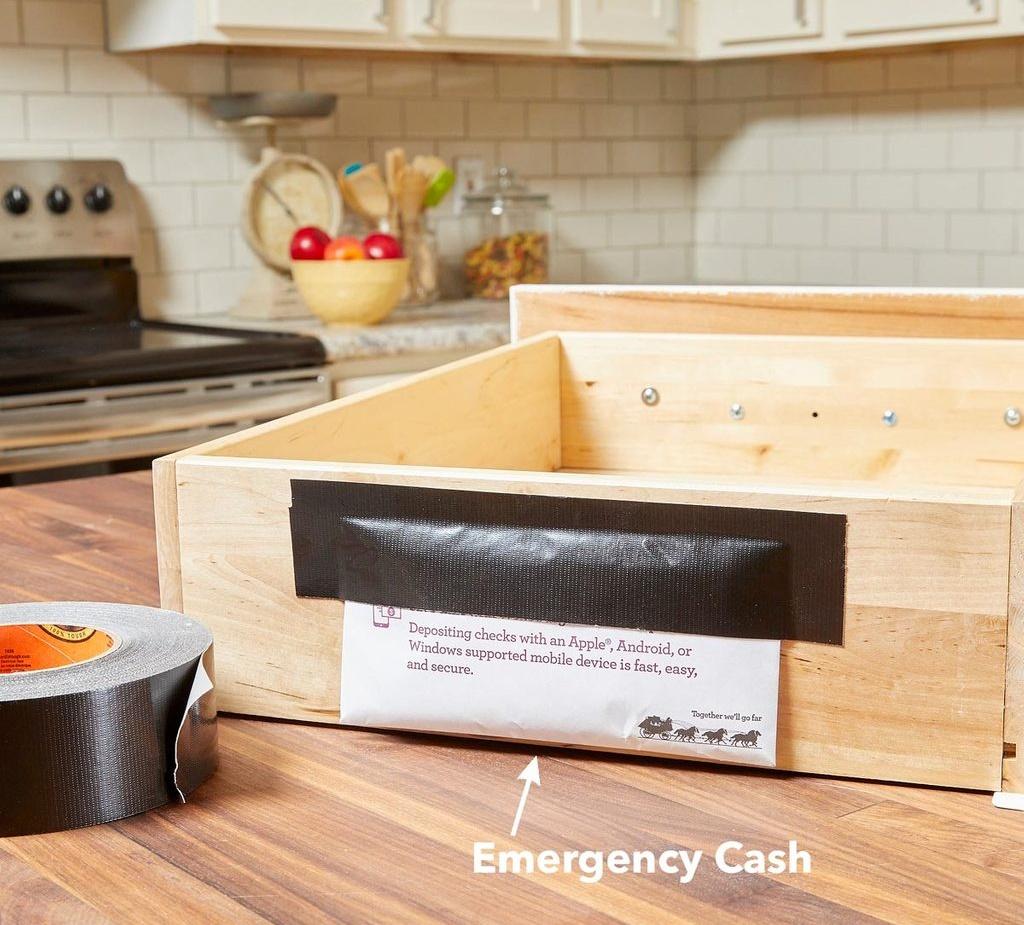 Các ngăn kéo thường còn trống chút không gian ở mặt sau. Bạn có thể để tiền mặt, các giấy tờ quan trọng trong túi và dán chúng vào mặt sau hoặc mặt dưới của ngăn kéo.