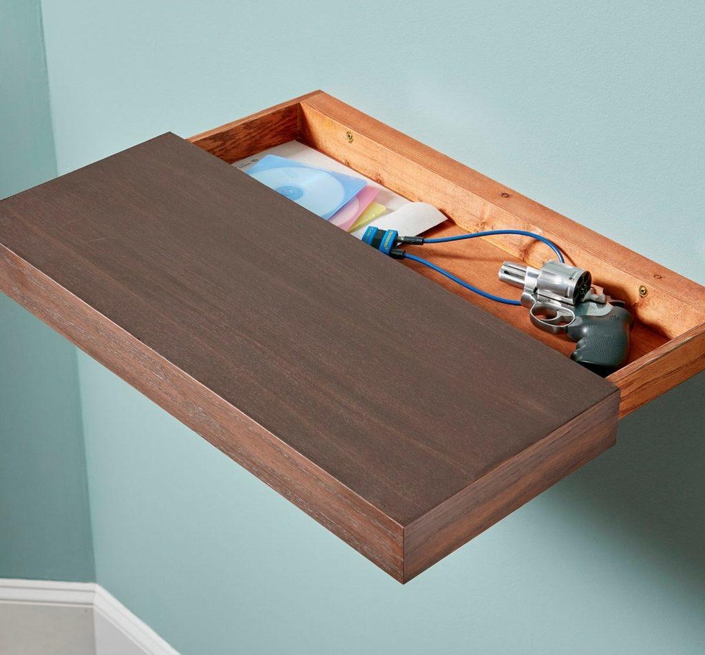 Kệ gỗ nổi vừa đẹp vừa dễ thi công. Bạn chỉ cần bỏ thêm chút tiền hay bỏ công sức tự tạo cho mình một ngăn chứa bí mật. Trộm sẽ không thể ngờ đến nước đi này của bạn.