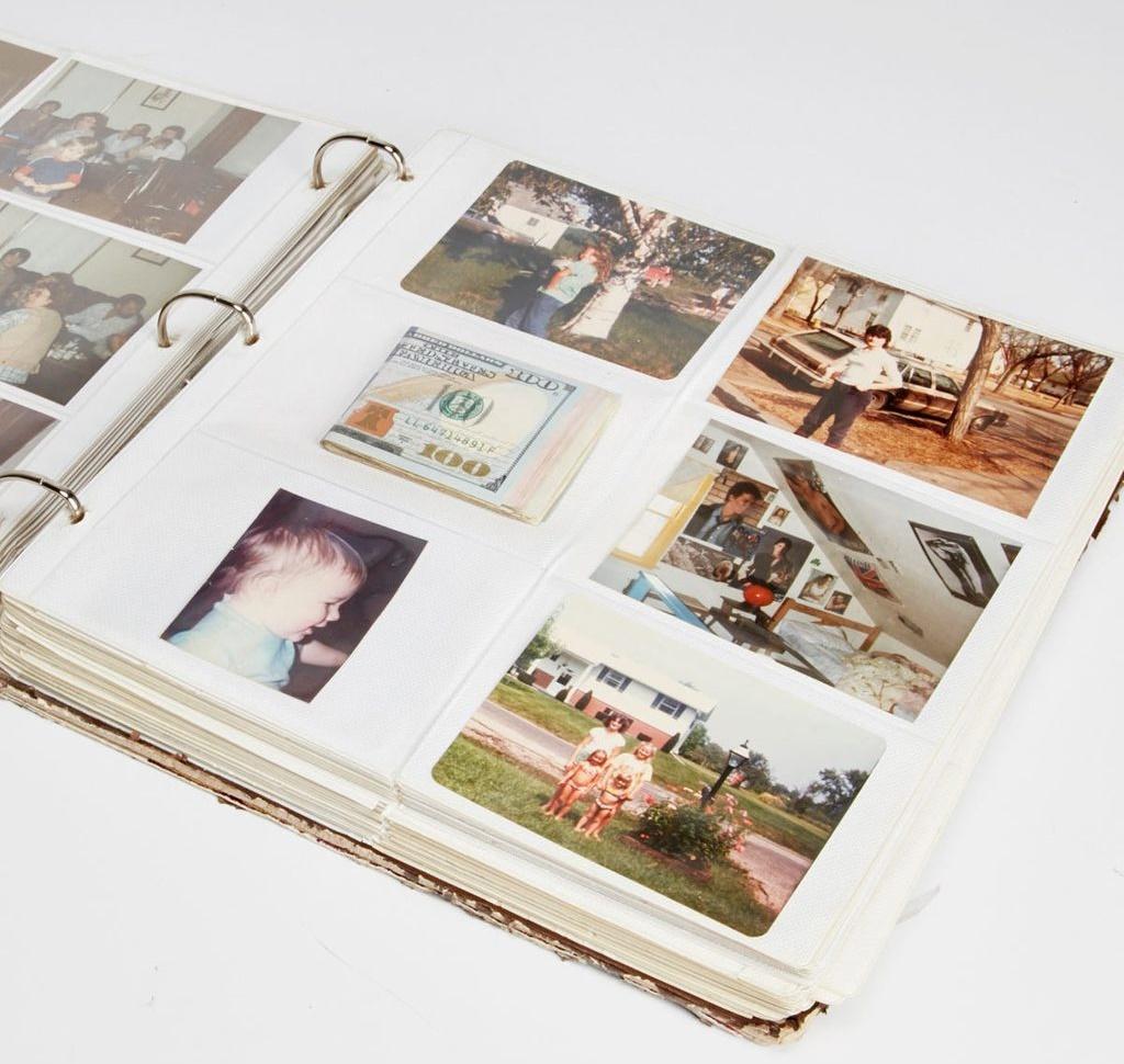 Trộm sẽ chẳng bao giờ động đến những album ảnh cũ của nhà bạn, nhưng món đồ này cũng không bao giờ bị vứt bỏ. Đó là lý do chúng là nơi lý tưởng để cất giữ một ít tiền mặt dùng khi khẩn cấp.