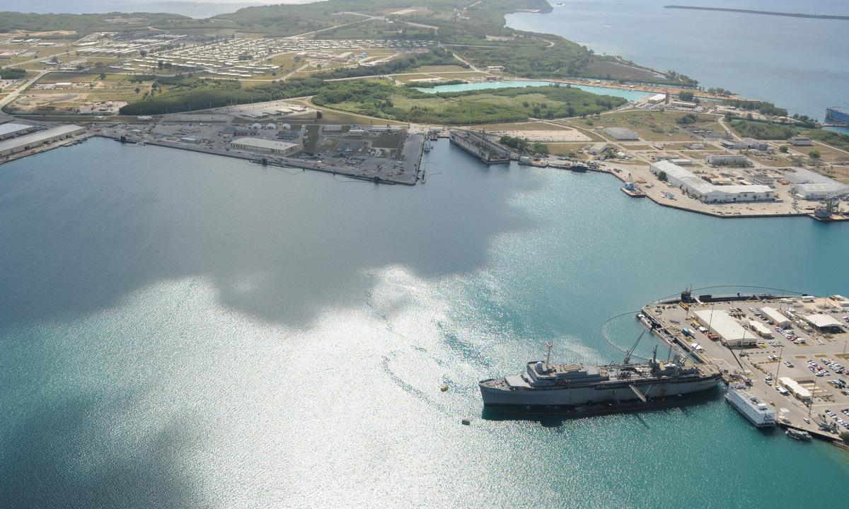 Bến đỗ tàu ngầm ở vịnh Apra và tàu bảo dưỡng USS Frank Cable (dưới) tại Guam hồi năm 2013. Ảnh: US Navy.
