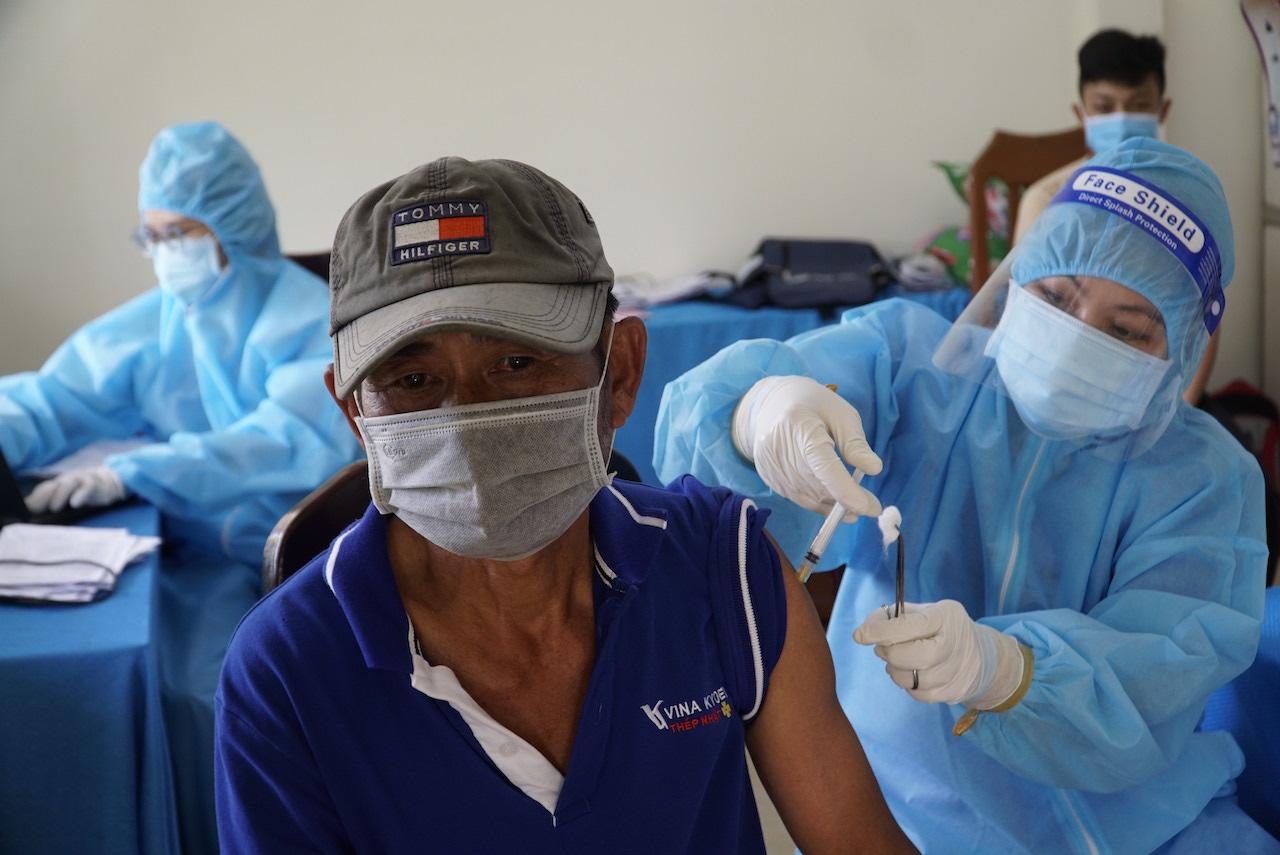 Người dân xã Phú Điền, huyện Tháp Mười, tỉnh Đồng Tháp tiêm vaccine vào ngày 12/10. Ảnh: Ngọc Tài