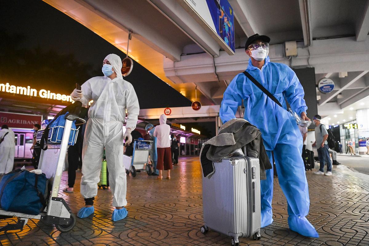 Hành khách đi chuyến bay từ TP HCM đến Hà Nội, tối 11/10. Ảnh: Giang Huy