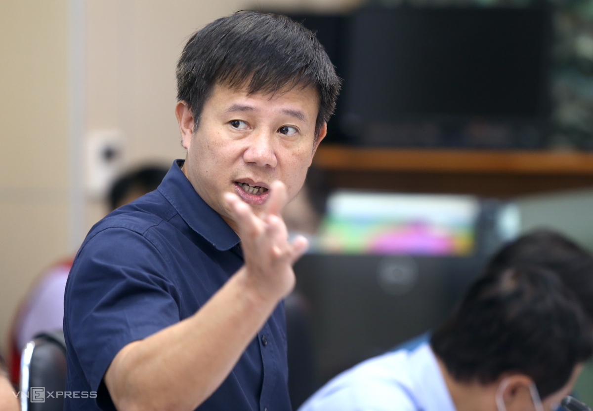 Ông Phạm Đức Luận nói về công tác phòng chống bão Kompasu, chiều 12/10. Ảnh: Gia Chính