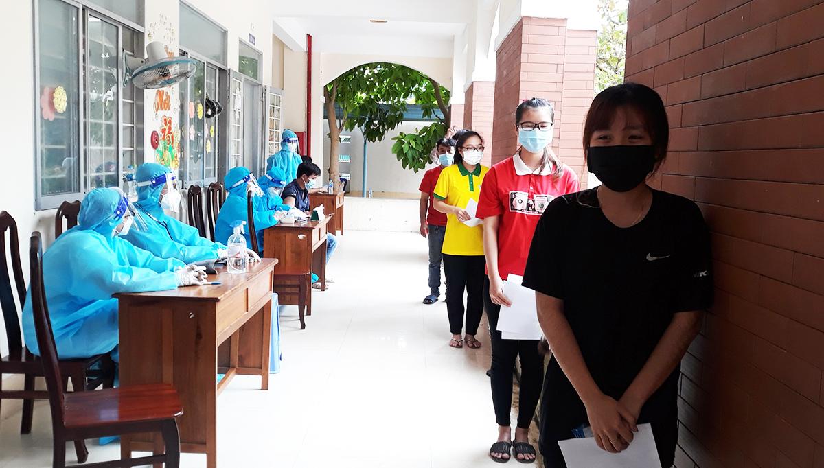 Người dân chờ tiêm vaccine tại điểm Trường tiểu học Cái Khế 1, quận Ninh Kiều, TP Cần Thơ, ngày 12/10. Ảnh: Huy Phong