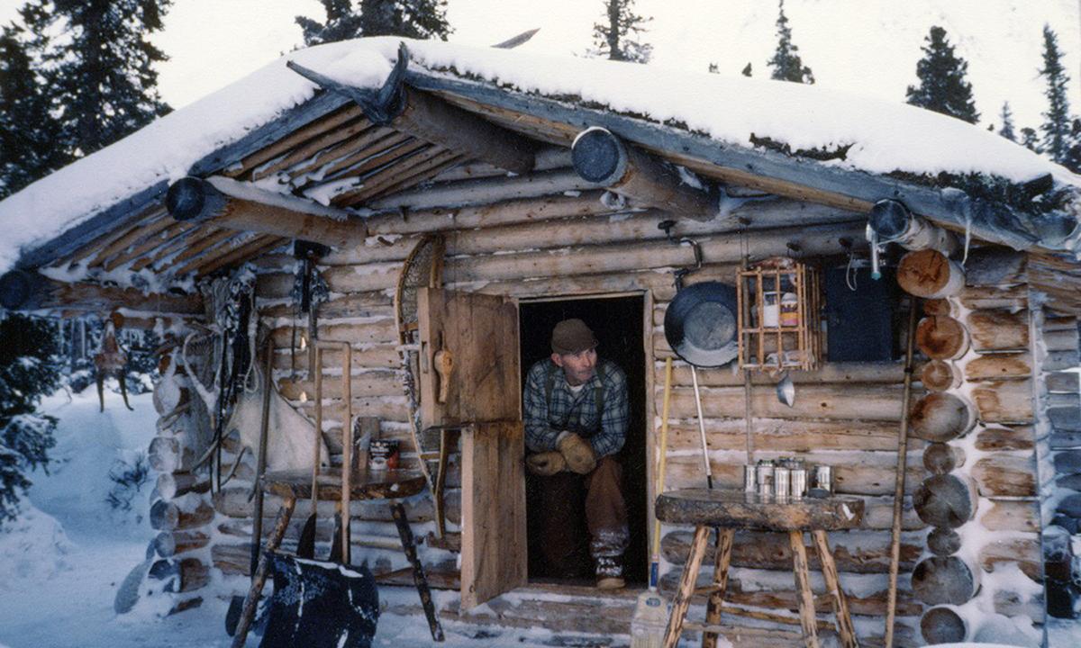 Richard Proenneke ngồi trong căn nhà gỗ bên bờ Twin Lakes ở Alaska. Ảnh: Wikimedia Commons.