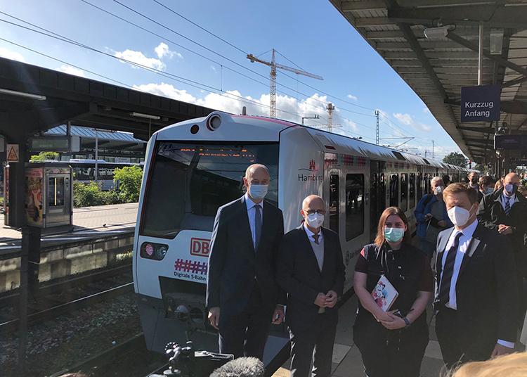 Các quan chức dự buổi ra mắt tàu tự lái ở Hamburg. Ảnh: S-Bahn Hamburg