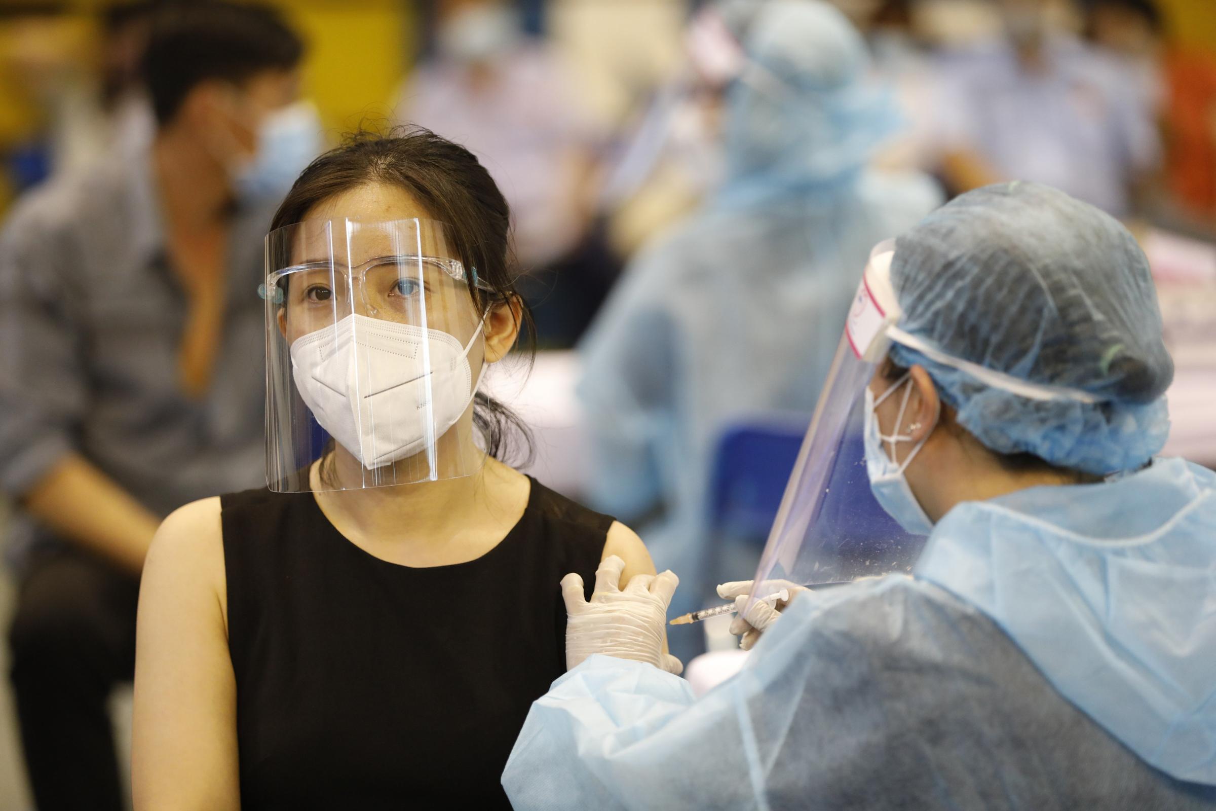 Người dân tiêm vaccie tại nhà thi đấu Phú Thọ, TP HCM, ngày 24/6. Ảnh: Hữu Khoa