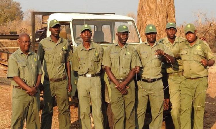 Clever Kapandura (ngoài cùng bên trái) chụp ảnh cùng đồng đội. Ảnh: Africa Press