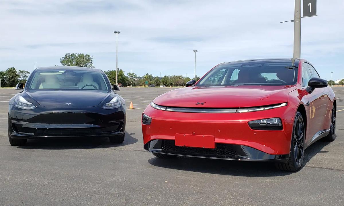 Tesla Model 3 (trái) và đối thủ Xpeng P7. Ảnh: The Drive