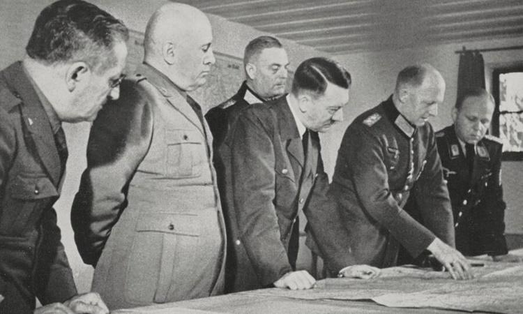 Hitler trong một cuộc họp đánh giá chiến lược tại Hang sói vào tháng 8/1941. Ảnh: De Agostini Picture Library.