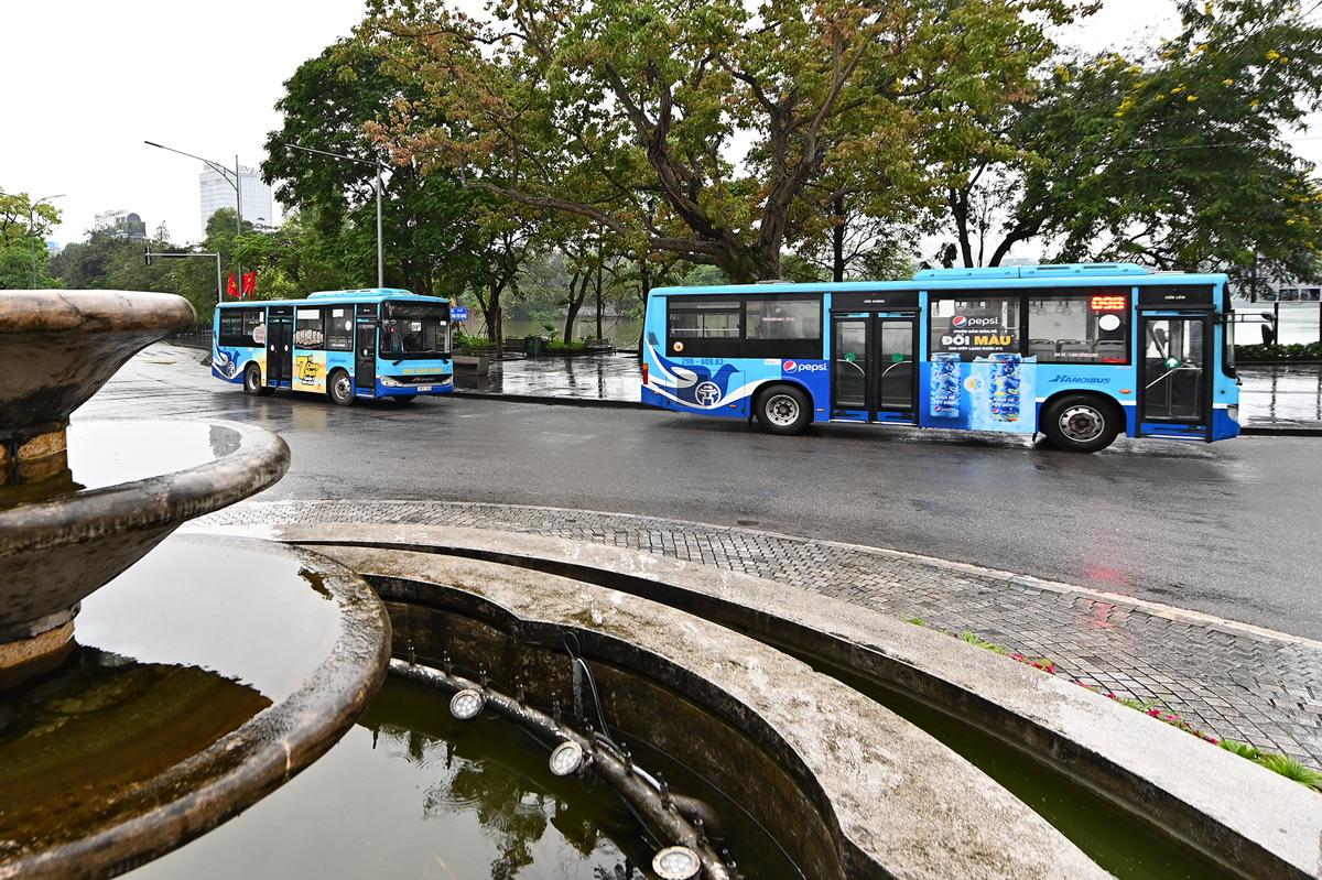 Xe buýt chạy qua khu vực Hồ Gươm hồi cuối tháng 4. Ảnh: Giang Huy.