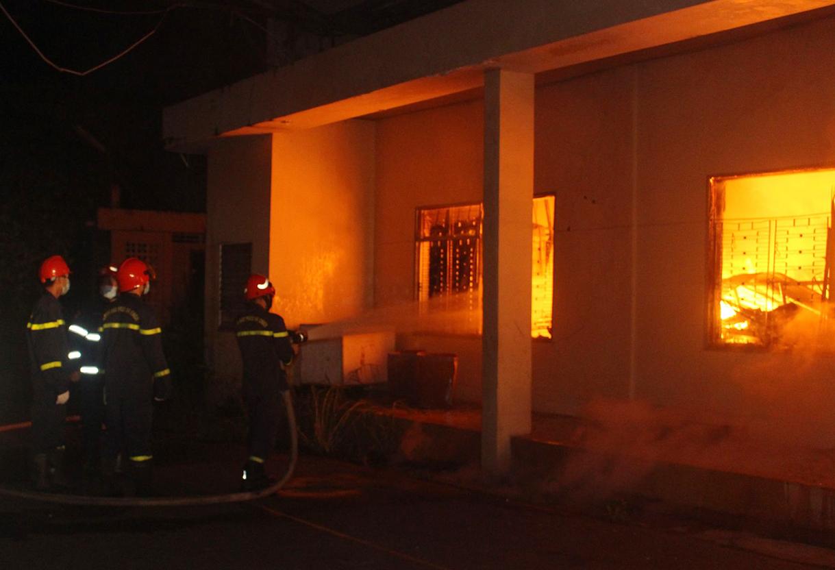 Cảnh sát chữa cháy dập lửa rạng sáng 12/10. Ảnh: Thái Hà