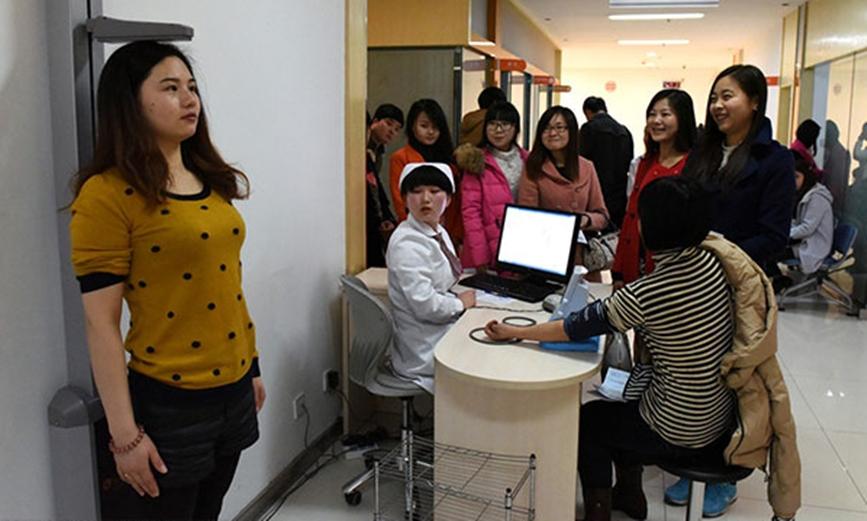 Một cô gái đo chiều cao trong buổi kiểm tra sức khỏe tại bệnh viện ở Thượng Hải hồi tháng 3/2015. Ảnh: IC