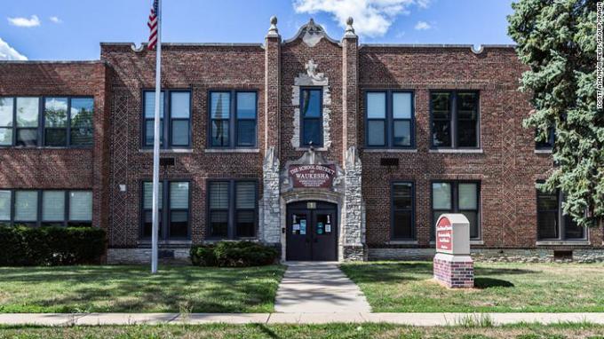 Tòa nhà Học khu Waukesha, bang Wisconsin. Ảnh: CNN