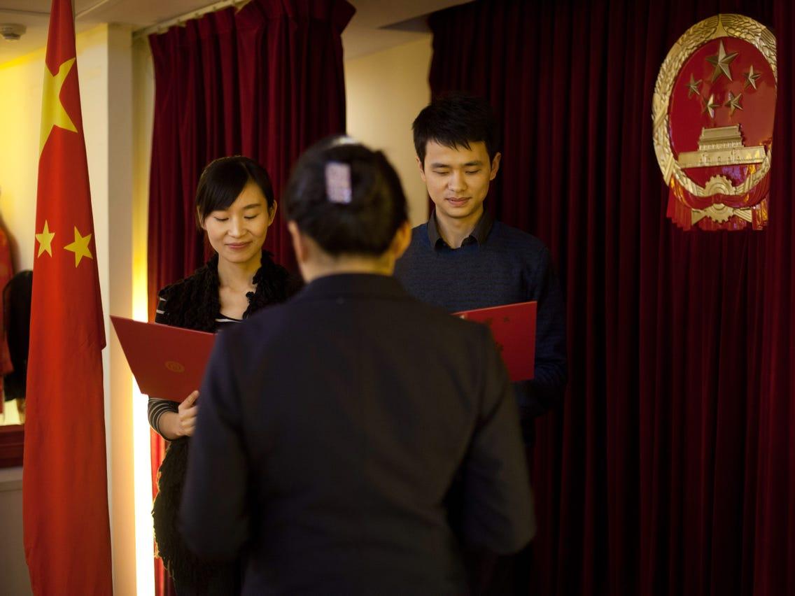 Một cặp vợ chồng đọc lời thề khi làm thủ tục đăng ký kết hôn ở Bắc Kinh, Trung Quốc năm 2012. Ảnh: AFP.