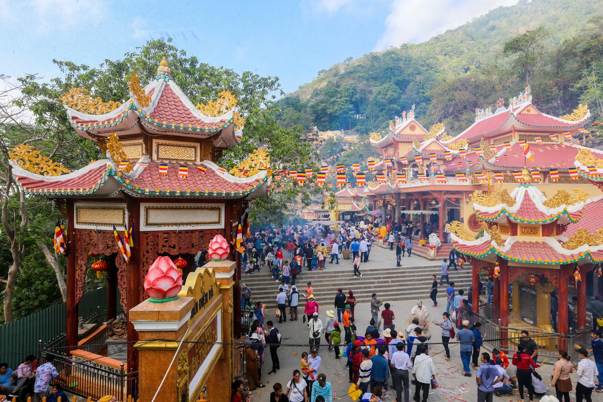 Chùa Bà Đen là địa điểm du lịch tâm linh nổi tiếng ở tỉnh Tây Ninh, nằm ở lưng chừng núi Bà Đen cao 986 m. Ảnh: Quỳnh Trần