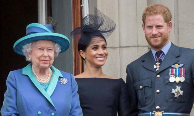 Nữ hoàng Anh Elizabeth II (trái) và vợ chồng Harry - Meghan tại Cung điện Buckingham năm 2018. Ảnh: AP.