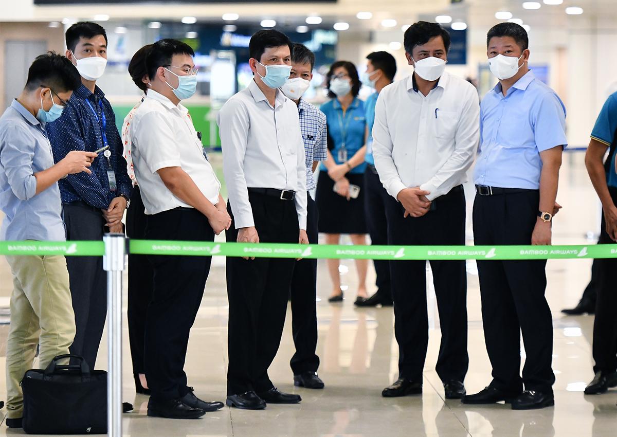 Lãnh đạo Bộ Giao thông Vận tải và Hà Nội kiểm tra phòng dịch tại sân bay. Ảnh: Phương Linh