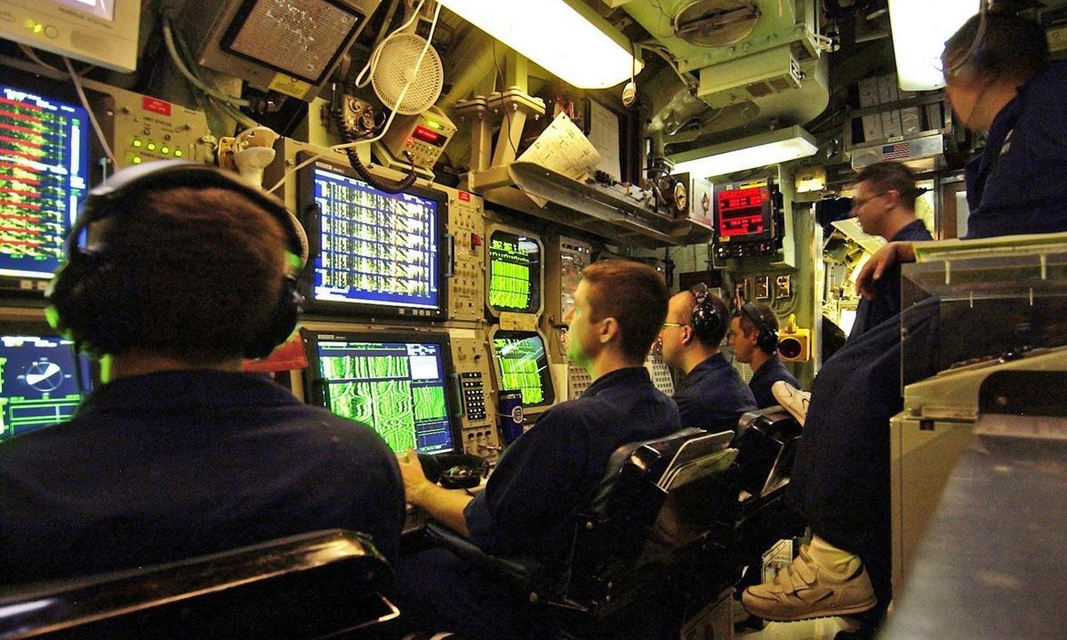 Chuyên viên vận hành hệ thống sonar trên một tàu ngầm Mỹ. Ảnh: US Navy.