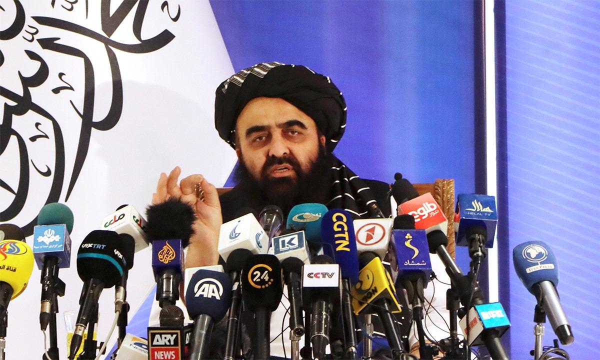 Ngoại trưởng lâm thời Muttaqi họp báo ở thủ đô Kabul, Afghanistan, ngày 14/9. Ảnh: Reuters.