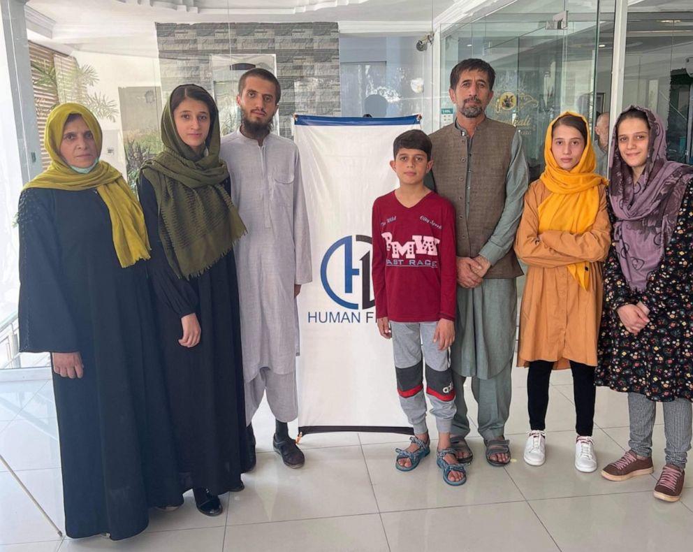 Thông dịch viên người Afghanistan Mohammad Khalili (thứ ba từ phải sang) và gia đình trên hành trình đến Mỹ, trong bức ảnh được công bố hôm 11/10. Ảnh: Human First Coalition.