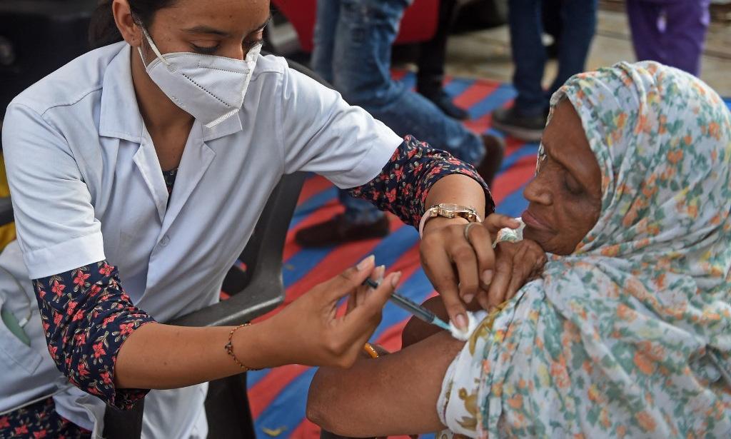 Người dân được tiêm vaccine Covid-19 ở Ahmedabad, Ấn Độ, hôm 10/10. Ảnh: AFP.