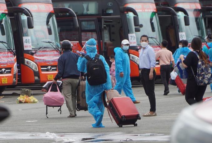 Xe khách chở người từ TP HCM về Lâm Đồng hôm 9/10. Ảnh:Gia Minh