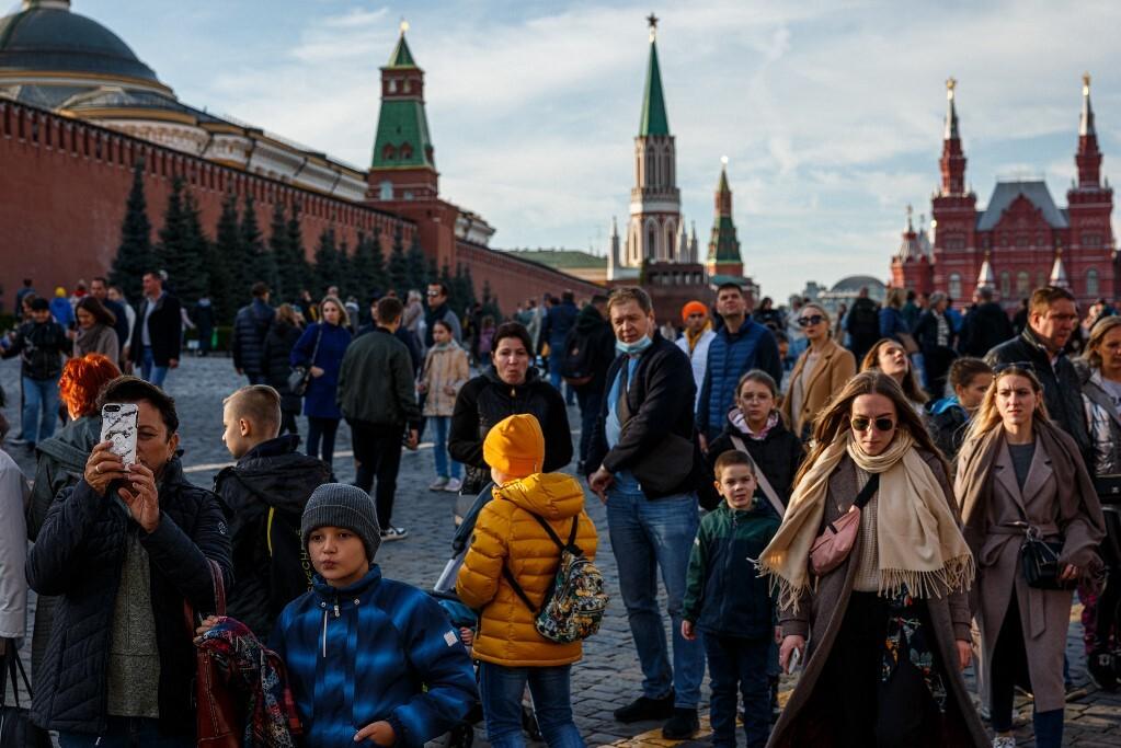 Người dân tụ tập ở Quảng trường Đỏ trong một ngày thu đầy nắng tại Moskva, Nga, hôm 9/10. Ảnh: AFP