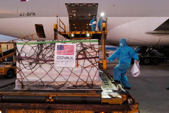 Lô vaccine Moderna do Mỹ hỗ trợ về sân bay Nội Bài hôm 24/7. Ảnh: Ngọc Thành.