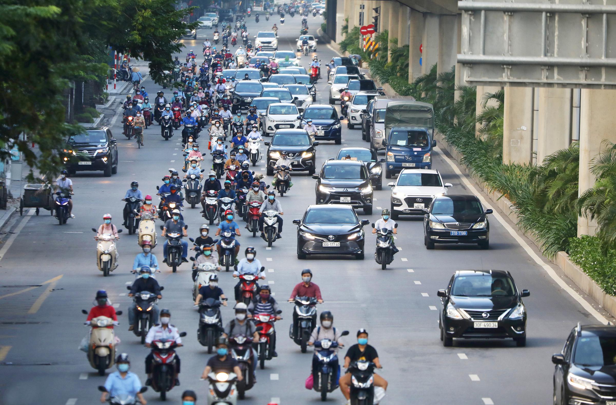 Phương tiện giao thông nhộn nhịp trên đường phố trung tâm Hà Nội, tháng 9/2021. Ảnh: Ngọc Thành