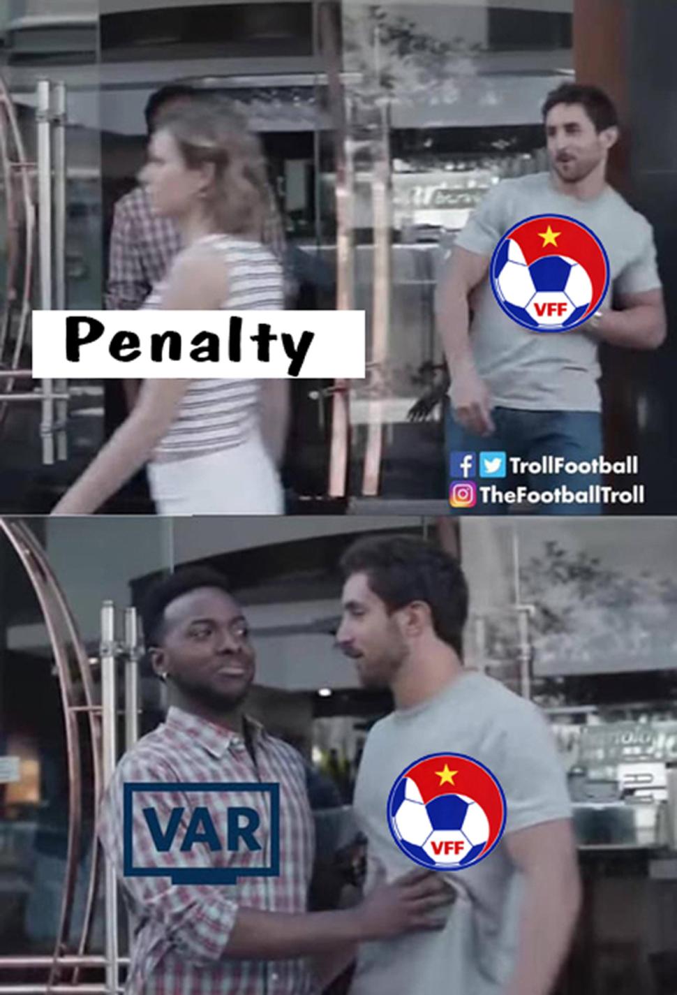 Các cầu thủ Việt Nam đòi penalty khi ngã trong vòng cầm nhưng lại gặp VAR.