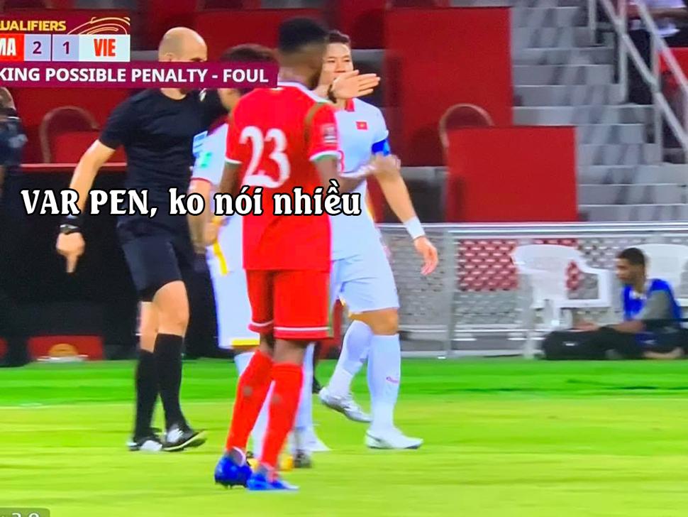 Thêm một quả penalty cho Oman sau khi trọng tài tham khảo VAR.