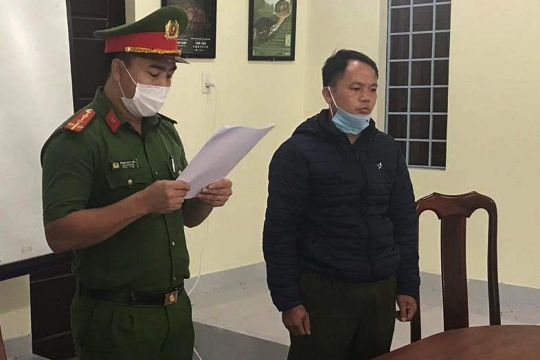 Cảnh sát đọc lệnh bắt tạm giam ông Vương Thế Cao tại nơi làm việc. Ảnh: Công an cung cấp