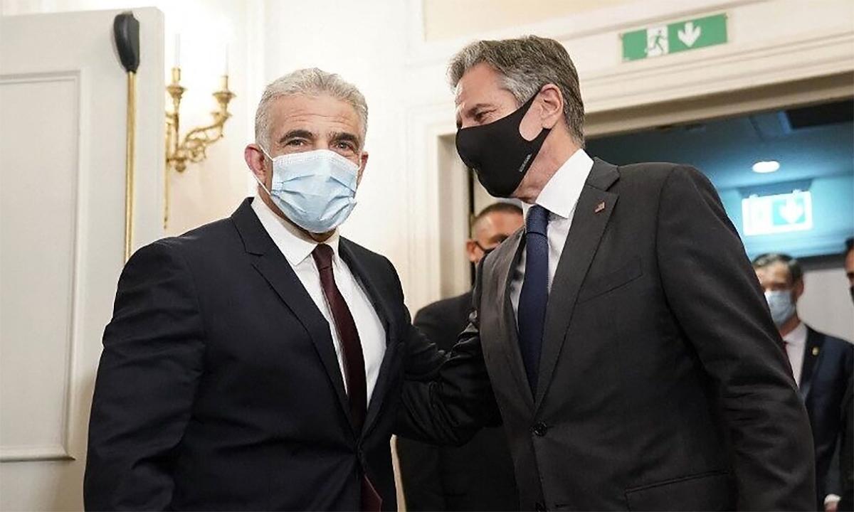 Ngoại trưởng Israel Yair Lapid (trái) và Ngoại trưởng Mỹ Antony Blinken (phải) trước thềm cuộc họp ở thủ đô Rome, Italy ngày 27/6. Ảnh: AFP.