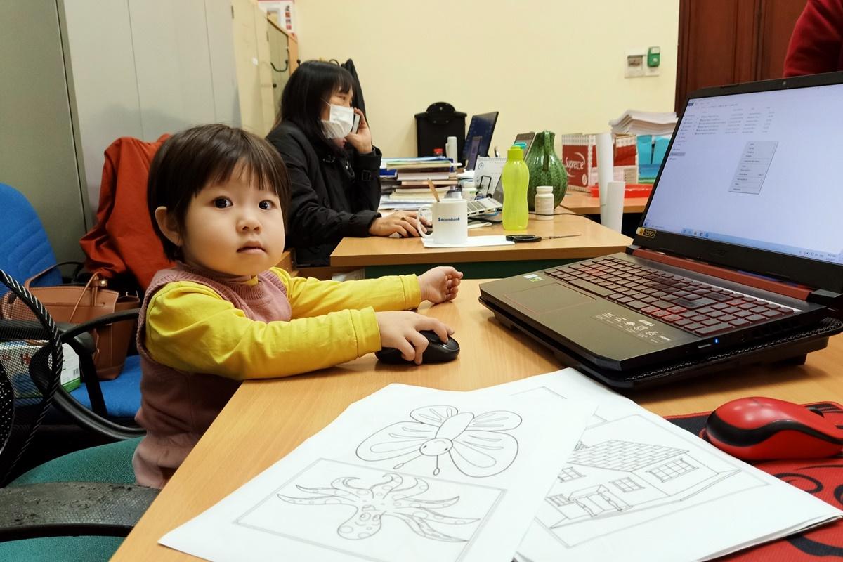 Chị Liễu, một phụ huynh tại quận Đống Đa, phải cho con đến cơ quan vì không có người trông. Ảnh: Nhân vật cung cấp