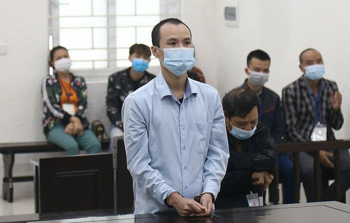 Bị cáo Vũ Văn Huy (ngồi) cùng con trai, Vũ An Dương tại phiên toà sáng 13/10. Ảnh: Danh Lam