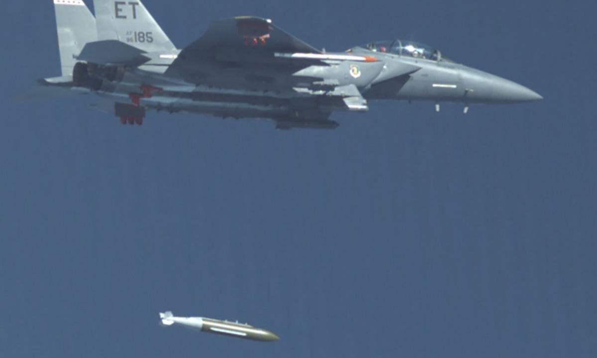 Tiêm kích Mỹ ném bom 2,5 tấn phá boongke