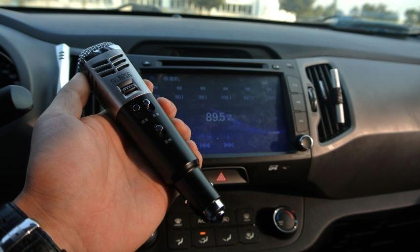 Một chiếc micro có thể kết nối với ôtô qua một ứng dụng trên điện thoại di động, cho phép hát karaoke ngay trên xe. Ảnh: hdpfans