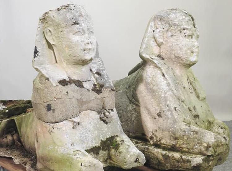 Cặp tượng nhân sư Ai Cập cổ đại bị đặt trong vườn suốt 15 năm. Ảnh: Mander Auctions