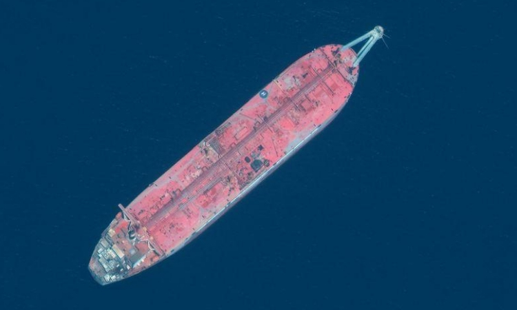 Ảnh chụp vệ tinh tàu dầu FSO Safer neo đậu ngoài khơi cảng biển Ras Isa, Yemen, hồi tháng 6/2020. Ảnh: Reuters.