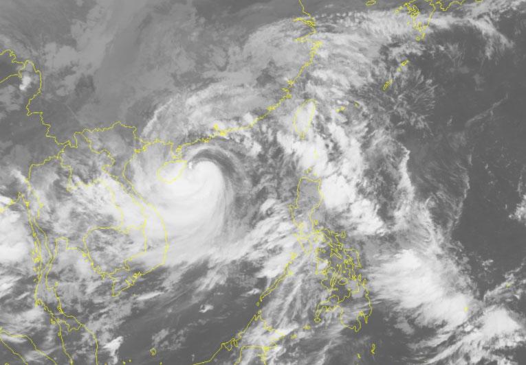 Ảnh mây vệ tinh bão Kompasu sáng 13/10. Ảnh: NCHMF