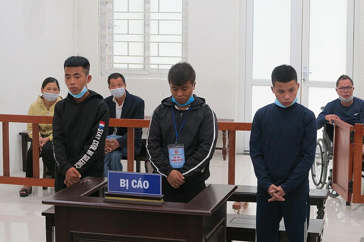 Ba bị cáo tại phiên xét xử ngày 13/10. Ảnh: Danh Lam